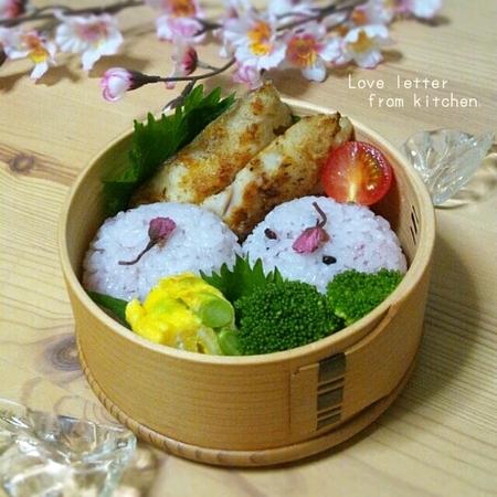 桜の塩漬け入りの手毬寿司