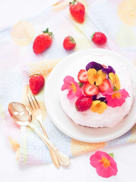 エディブルフラワーで飾る華やかケーキ