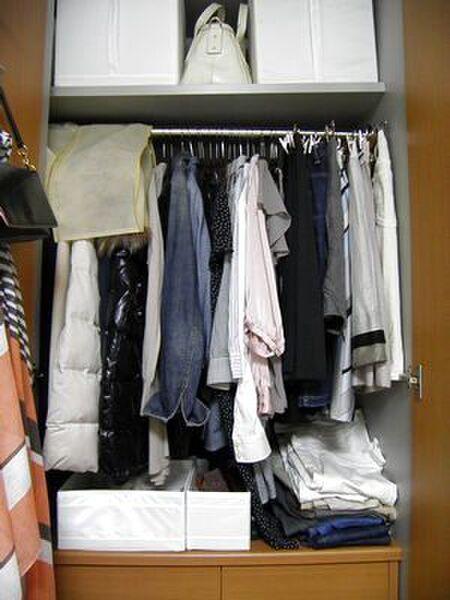 使用頻度低めのバッグはクローゼット上にボックス収納