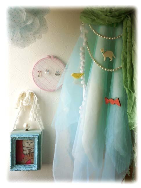 100均の刺繍枠や額縁等を使用し、壁を飾りながら