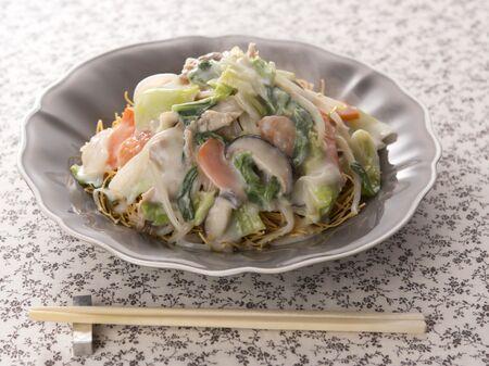 牛乳が決め手!白菜と豚こまの「白いあんかけ焼きそば」レシピ
