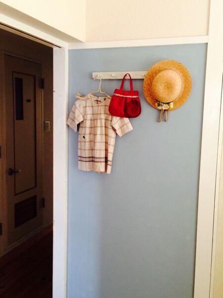 子どものおでかけバッグは壁掛けフックでインテリアにも