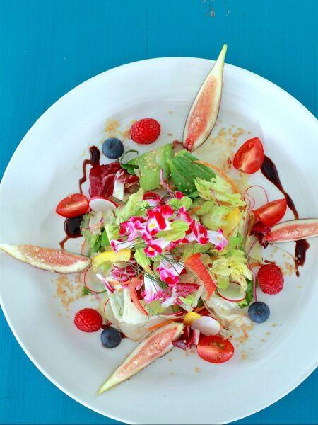エディブルフラワーが彩るフルーツサラダ