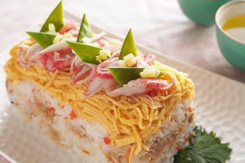 ひな祭りにもおすすめ、寿司ケーキレシピ♡型に詰めてデコレーションするだけ♪ あっと驚く! - 暮らしニスタ