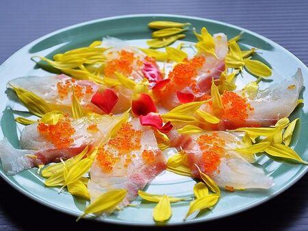 菊の花びらを散らしたおもてなしカルパッチョ