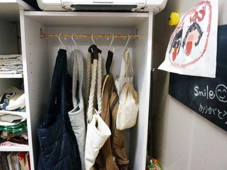 持ち手の短いバッグはカラーボックスに掛けて収納!