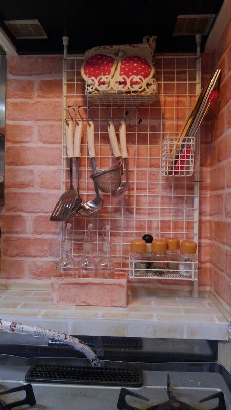 キッチンフードの下を壁面収納で活用