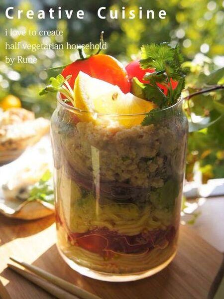 麺と野菜を層にして入れる。