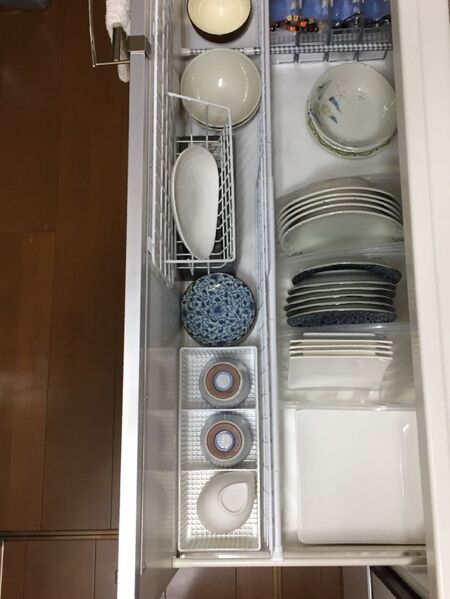 突っ張り棒で仕切りを作ってお皿収納