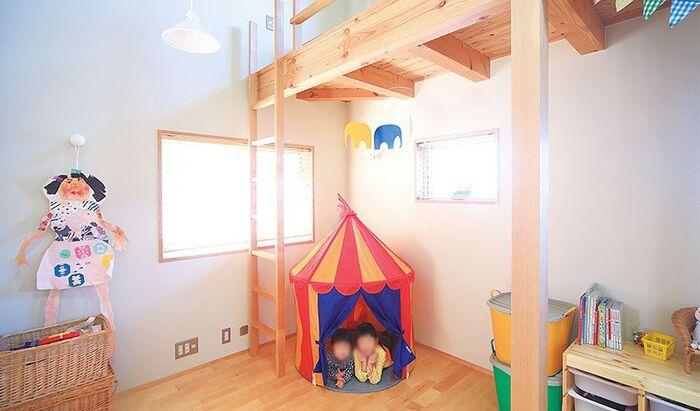 勾配天井のおかげで開放的な子ども部屋