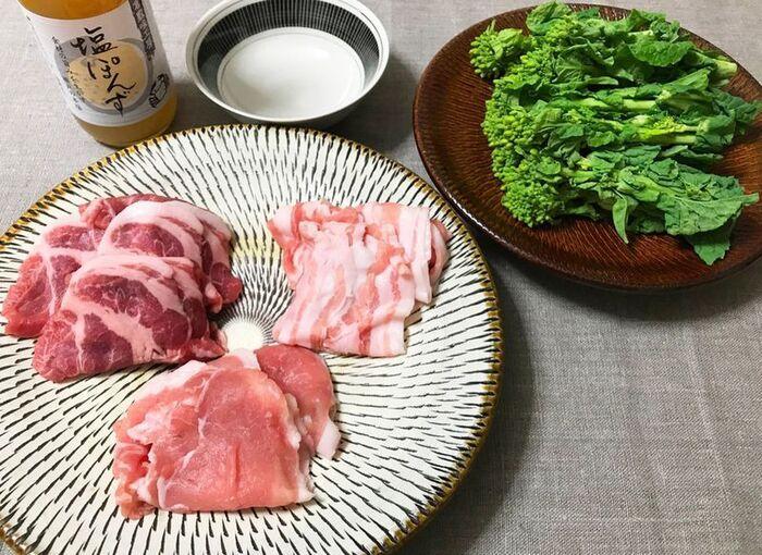 ロース・バラ・肩ロースの3種の薄切り肉は、菜の花と一緒に付属の塩ポン酢で