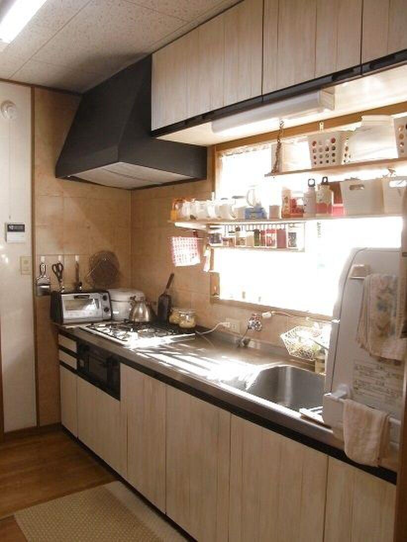 我が家の古い台所、収納力少なくて隠せない!100均バスケットに頼む ...
