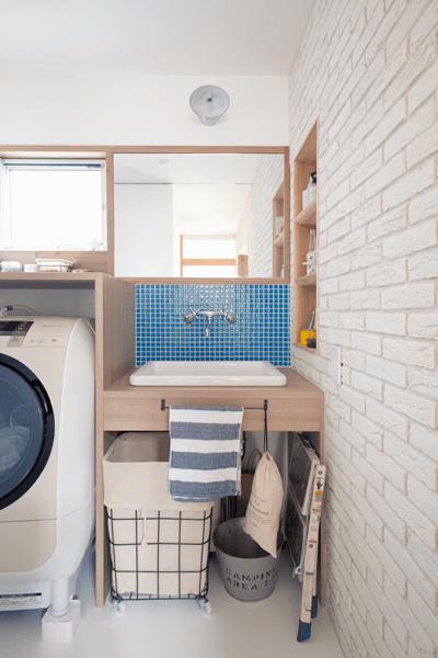 木のカウンターに実験用シンクのある洗面室