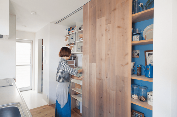 扉で隠せる収納のあるキッチン