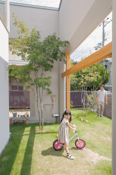 子供と遊べるよう広く設計した庭