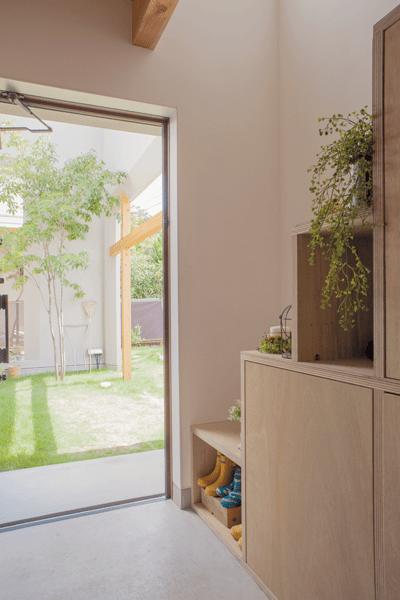 シンボルツリーのアオダモがみえる玄関