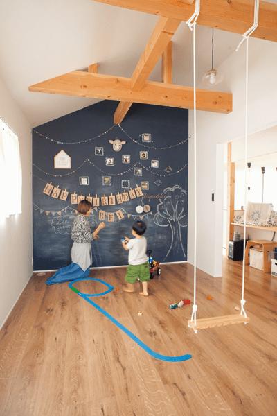 壁一面が黒板ペイントの子供部屋