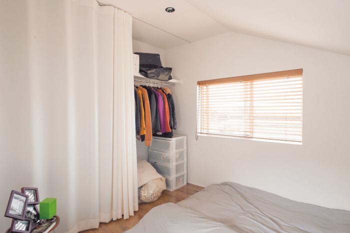 壁一面にクローゼットを設けた寝室