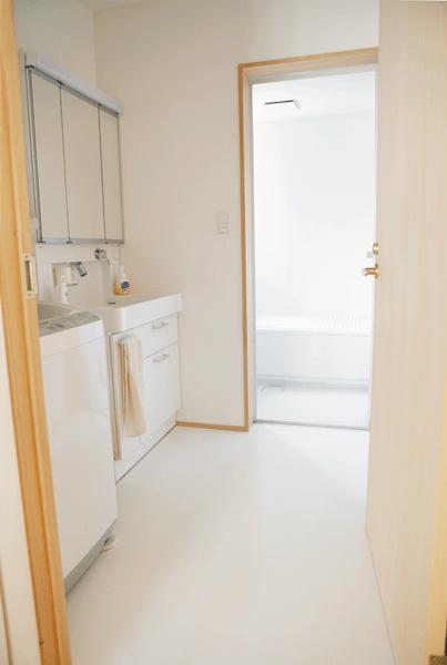 白でまとめられた清潔感ある洗面室