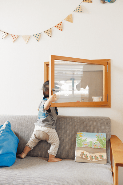 リビングとキッチンの間の小窓から覗く息子さん