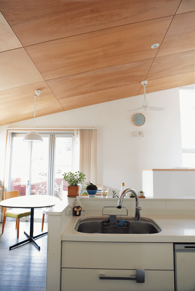 勾配天井で白い空間のキッチン