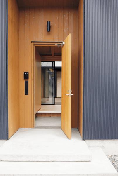 黒×茶の配色の玄関