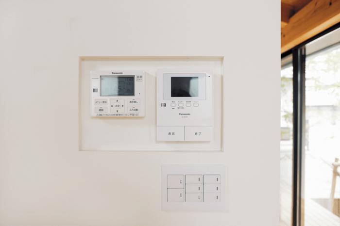 へこませた壁に設置されているスイッチやコントローラー
