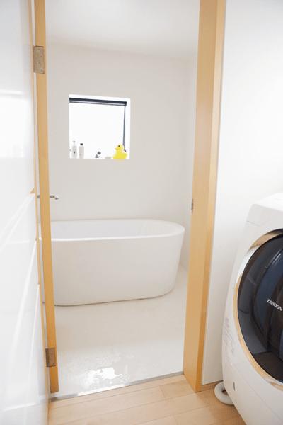 ガラス繊維強化樹脂のFRPを床材に採用した浴室