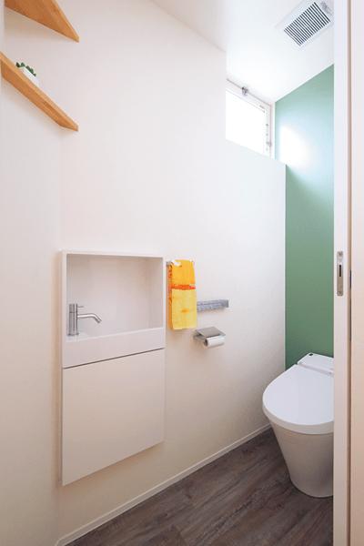 """""""埋め込み式手洗い器で省スペーストイレ"""