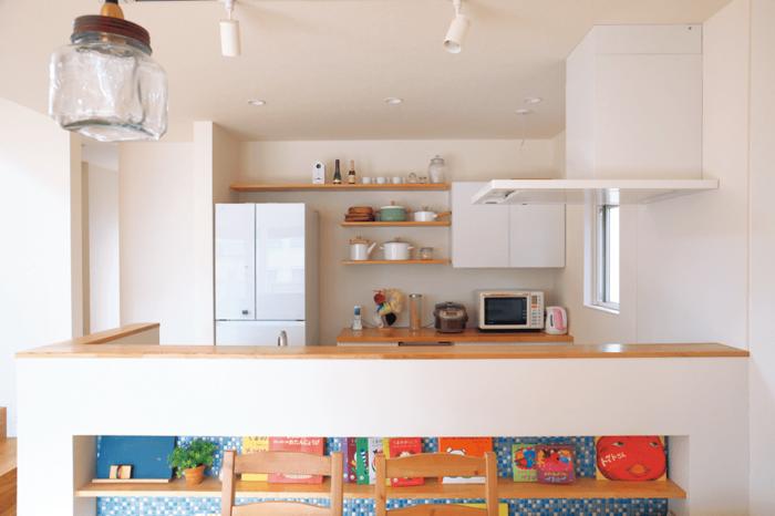 ニッチのある腰壁を設け家に合わせたシンプルデザイン