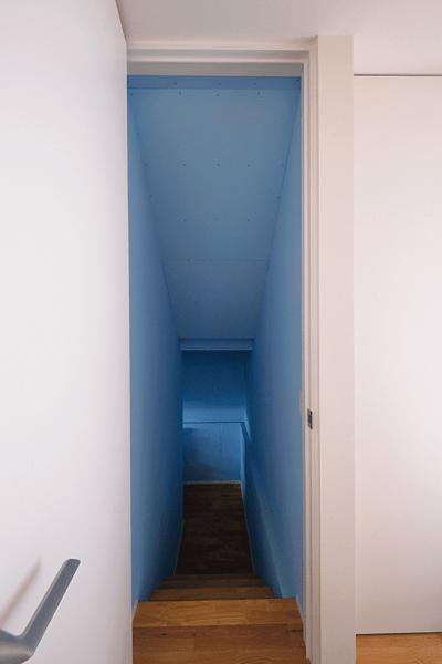 """""""塗装することでコストダウンに成功したリビング下の収納スペース"""