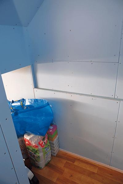 """""""季節用品を収納したリビング下の収納スペース"""