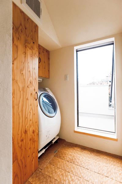 洗面室からそのまま続く扉つき収納があるランドリールーム