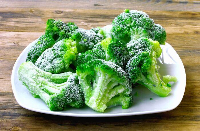 皿に盛られたブロッコリー