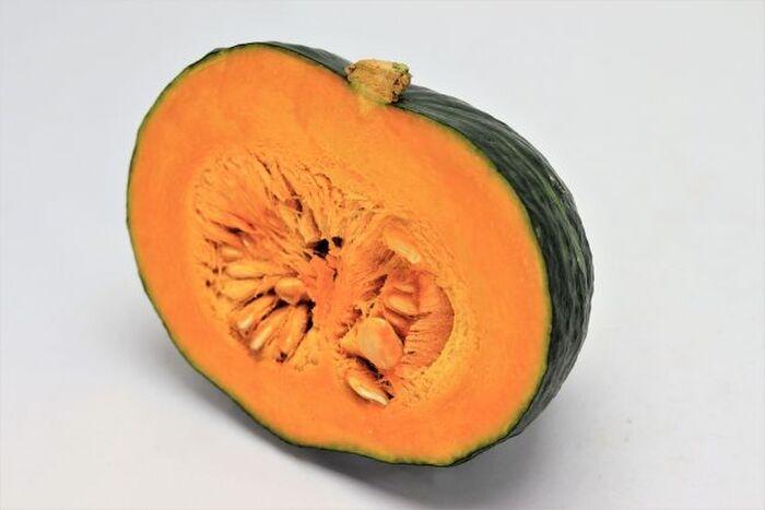 半分にカットされたかぼちゃ