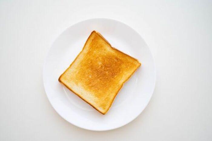 お皿に乗ったトーストされた食パン