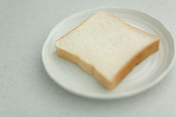 お皿に乗った1切れの食パン