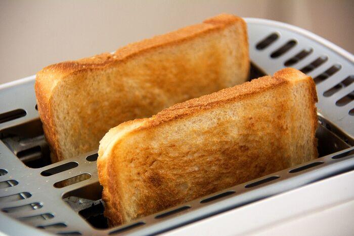 トースターで焼かれた食パン
