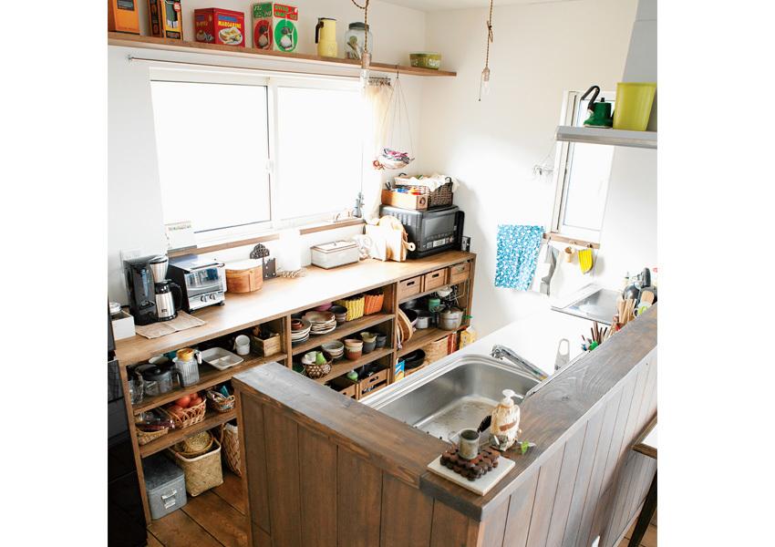 木製の腰壁でシステムキッチンを造作キッチンに