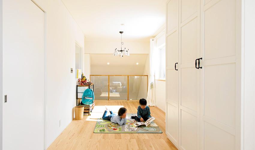 床は杉の無垢材の子ども部屋