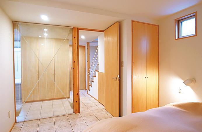 視線の抜けにより広がり感と採光を確保した部屋