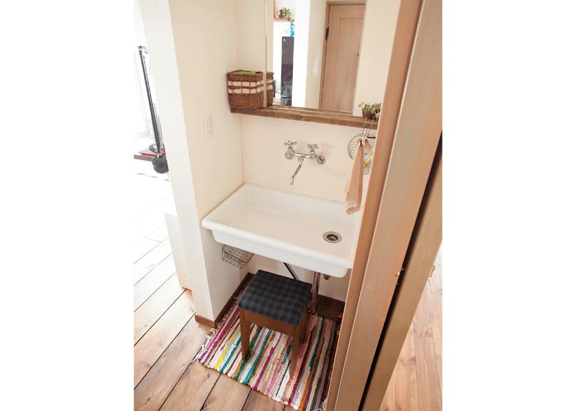 レトロなデザインの水栓金具を採用したお手洗いコーナー