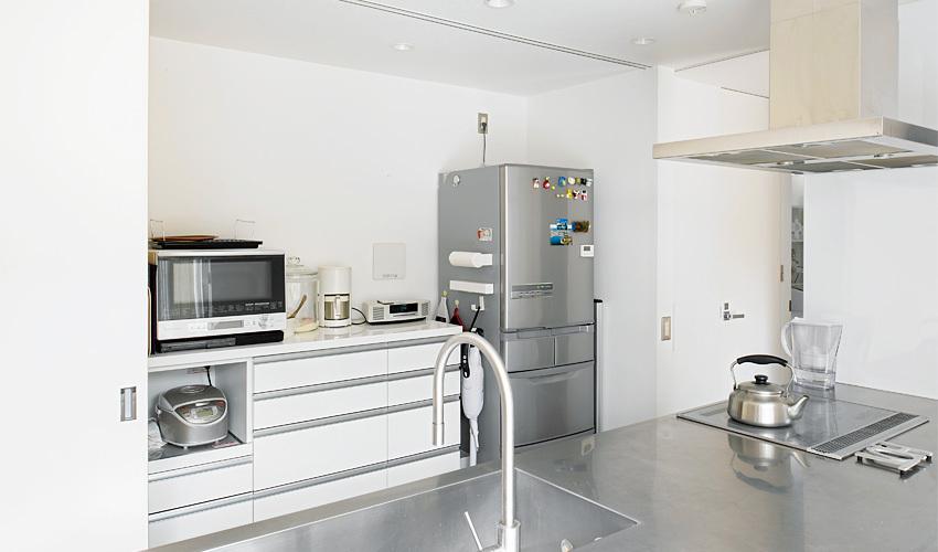 生活感のないようなキッチンを実現させるため、扉の中にすっきり収納させました