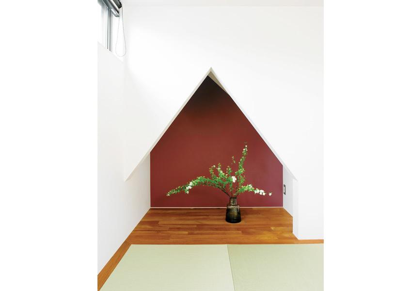 階段下の床の間風のスペースには植物をあしらった押し付きのある和室に