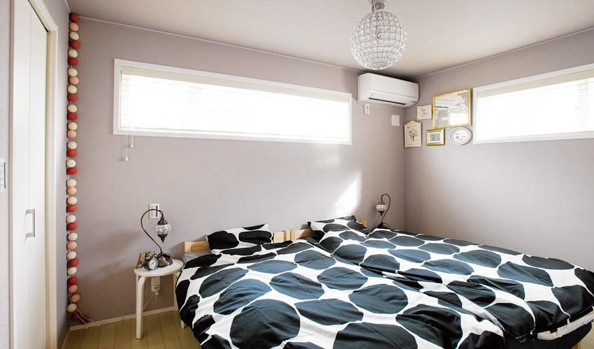 ハイサイドライトから採光する寝室
