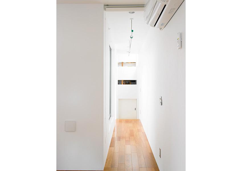 廊下の天井にバーを設置し、室内干しが可能なドライエリアにしました。