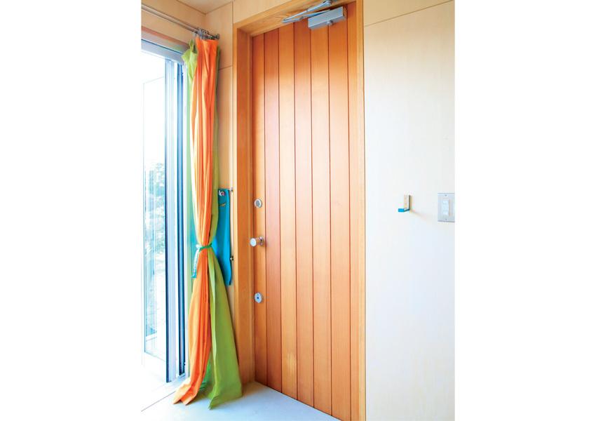 レッドシダー材のドアの玄関