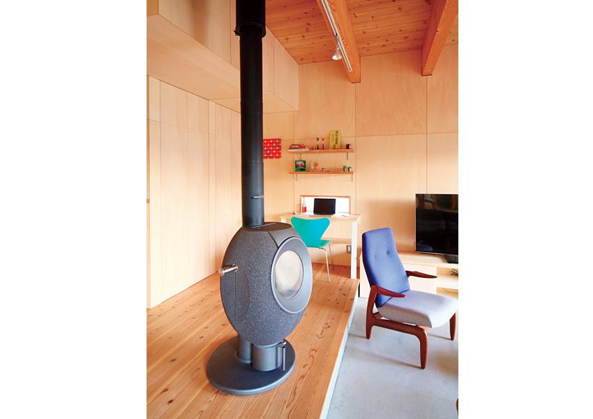 マットな鉄の質感が、シンプルな空間の引き締め役の蒔ストーブ