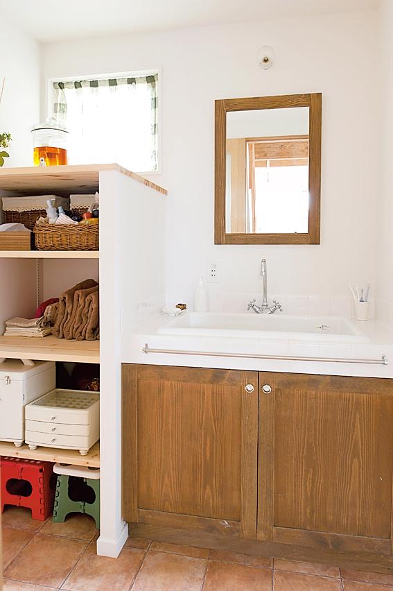 洗面室のオープン棚収納の写真