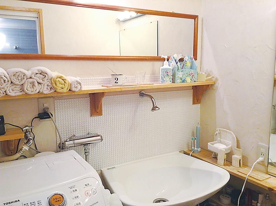 並んでメイクできるよう横長に設置された洗面所の鏡